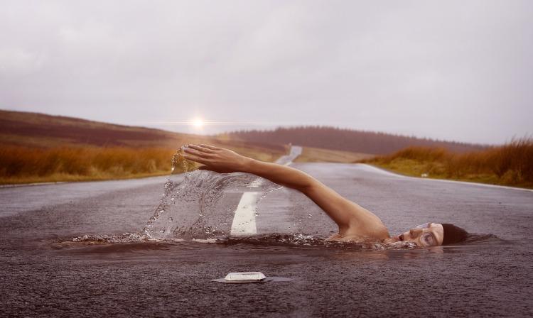 swimmer-1678307_1920.jpg